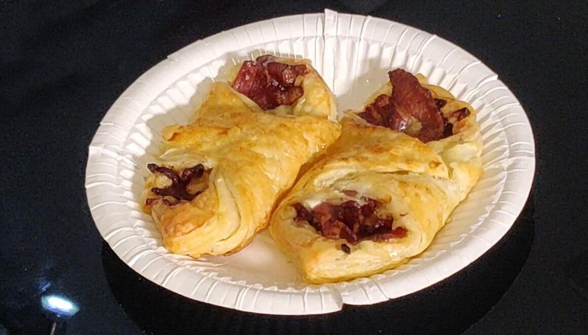 Enrolados de Bacon e Queijo com Cebola
